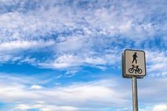 Delad cykelridninggränd och fot- bana på polstolpe ag Arkivbild