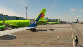 Delantal del aeropuerto de Tolmachevo almacen de metraje de vídeo