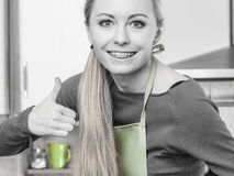 Delantal que lleva sonriente feliz de la mujer rubia Imagen de archivo libre de regalías