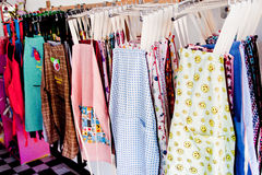 Delantales en línea de ropa Fotos de archivo libres de regalías