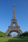 Delante de la torre Eiffel fotografía de archivo