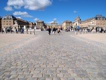 Delante del castillo francés de Versalles con turismo Foto de archivo libre de regalías