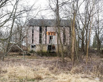 Delapidatedschuur op bewolkte de winterdag Stock Foto's