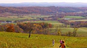 """DELAPLANE,弗吉尼亚,美国†""""2016年11月6日:秋天与跑从小山顶的孩子的乡下风景 库存图片"""