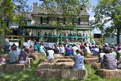 Delaplane,弗吉尼亚,美国5月24日2014年:执行在Delaplane草莓节日的比分的美国孩子在天空Meado 免版税库存照片