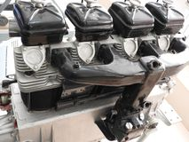 Delar av den gamla flygplanmotorn Muttrar som förbinder rör, dysor, cylindrar, isolering av förbränningkammaren arkivbild
