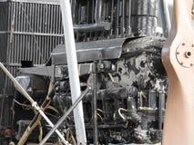 Delar av den gamla flygplanmotorn Muttrar som förbinder rör, dysor, cylindrar, isolering av förbränningkammaren royaltyfri foto