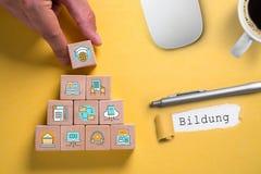 Delar av digitalt lära som symboler på kuber och ordet arkivfoton