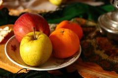 delar av en stilleben med äpplen arkivbild