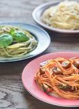 Delar av färgrik spagetti med ingredienser Fotografering för Bildbyråer
