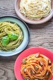 Delar av färgrik spagetti med ingredienser Royaltyfri Foto