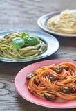 Delar av färgrik spagetti med ingredienser Royaltyfri Fotografi