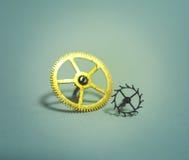 Delar av små och stora kugghjul för timmar Arkivbilder