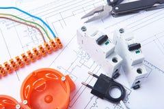 Delar för bruk i elektriska installationer Säkringar, propp, kontaktdon, föreningspunktask, strömbrytare, isoleringsband och tråd Fotografering för Bildbyråer