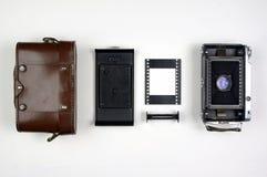 Delar för kamera för tappningmedelformatfilm som organiseras på en vit bakgrund Arkivbilder