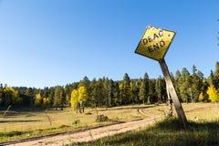 Delat grusvägåtervändsgrändtecken Fotografering för Bildbyråer