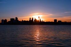 Разбивочный город Филадельфия и заход солнца Рекы Delaware Стоковые Изображения