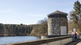 Delecke, Sauerland, Nord-Rhein Westfalen, Deutschland - 7. April 2018: Touristen an der Möhne-Reservoirverdammung lizenzfreies stockfoto