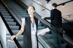 Delegado na escada rolante imagens de stock royalty free
