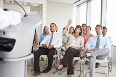 Delegado que faz a pergunta na conferência de negócio fotos de stock