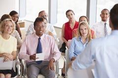 Delegados do negócio que escutam a apresentação na conferência foto de stock royalty free