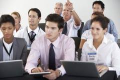 Delegados que escutam a apresentação na conferência Foto de Stock