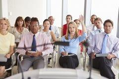 Delegat Pyta pytanie Przy Biznesową konferencją Fotografia Royalty Free