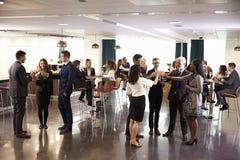 Delegater som knyter kontakt på konferensen, dricker mottagande Arkivfoton