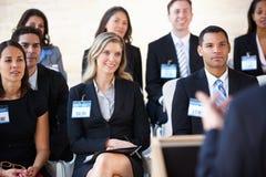 Delegater som lyssnar till högtalaren på konferensen royaltyfria foton