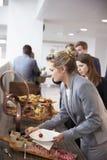 Delegati al buffet del pranzo durante la pausa di conferenza fotografie stock libere da diritti