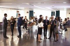 Delegiert-Vernetzung bei der Konferenz trinkt Aufnahme stockfotografie