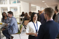 Delegiert-Vernetzung während der Kaffeepause bei der Konferenz lizenzfreie stockbilder