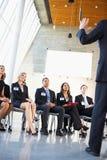 Delegierte, die auf Sprecher hören lizenzfreies stockbild