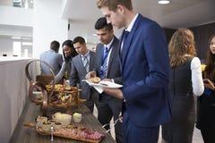 Delegierte am Mittagessen-Buffet während des Konferenz-Bruches lizenzfreie stockbilder