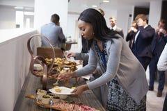 Delegierte am Mittagessen-Buffet während des Konferenz-Bruches stockbild