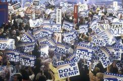 Delegierte und Kampagne unterzeichnet an republikanischen Nationalkonventim Jahre 1996, San Diego, CA Lizenzfreie Stockfotos