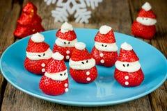 Deleite delicioso da morango Santa Claus, saudável e para crianças imagens de stock