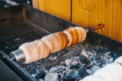 Deleite doce checo tradicional Trdelnik Para preparar no espetos de madeira especiais sobre carvões quentes Um prato popular entr imagem de stock