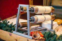 Deleite doce checo tradicional Trdelnik Para preparar no espetos de madeira especiais sobre carvões quentes Um prato popular entr fotografia de stock