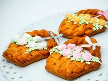 Deleites caseiros da cesta da Páscoa do pão do gengibre! foto de stock royalty free