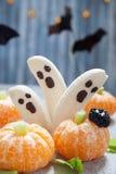 Deleites de Dia das Bruxas do fruto Fantasmas e Clementine Orange Pumpkins da banana foto de stock royalty free