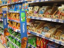 Deleites do animal em uma loja do animal de estimação. imagem de stock