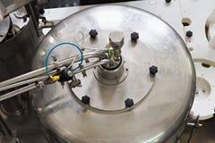 Delen av den automatiska transportören med flaskor för mjölkar Fotografering för Bildbyråer