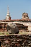 Delen av den brutna buddha statyn i historiska Ayutthaya parkerar, Thail Arkivbild