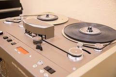 Delen av den gamla tappningbandspelaren är brun med kassetter arkivfoto
