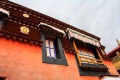 Delen av den Potala slotten, med den inre Folkrepubliken Kina flaggan såväl som många fönster, gardin, tegelstenvägg, Potala Arkivfoton