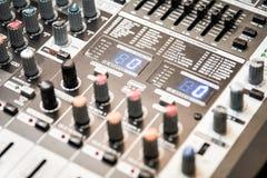 Delen av den solida förstärkaren för musikalisk förstärkare eller musikblandaren med knopp- och stålarhål Arkivfoton