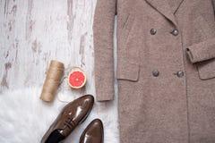 Delen av det bruna laget och bruna skor för patenterat läder, grapefrukt och tvinnar, träbakgrund för begreppsframsida för skönhe Arkivbild
