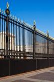 Delen av det gammala metalliska staket med guld tippar Royaltyfria Bilder