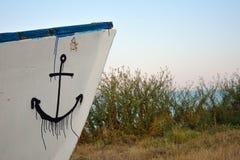 Delen av ett träfartyg med en anchore drog Arkivfoton